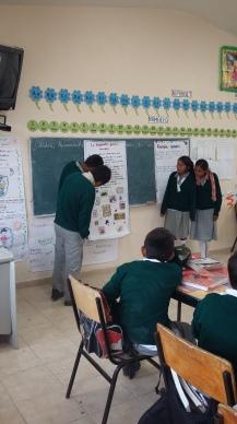 Estudiantes exponiendo